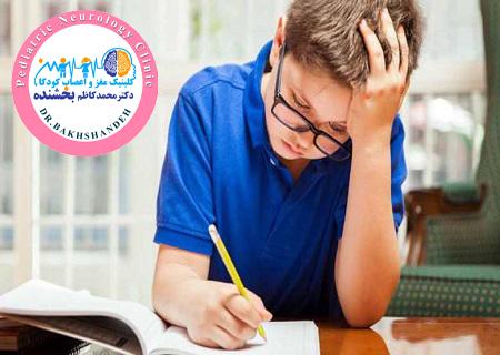 کودکی در حال حل تکالیف