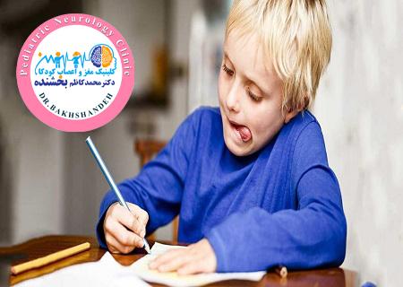 کودک در حال حل تکالیف مدرسه